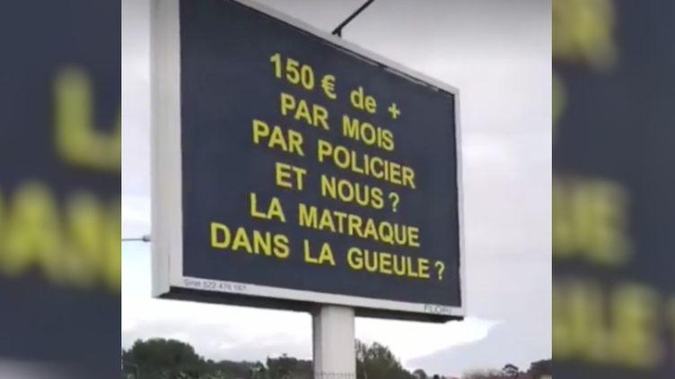 Capture d'écran d'une vidéo publiée sur Instagram, jeudi 27 décembre, montrant un panneau publicitaire à La Seyne-sur-Mer (Var). (GILETJAUNE2018 / INSTAGRAM)
