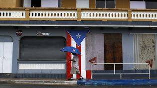 Un homme marche dans les rues de Luquillo (Porto-Rico), avant le passage de l'ouragan Irma, le 6 septembre 2017. (RICARDO ARDUENGO / AFP)