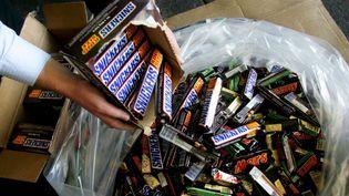 Les barres chocolatées Mars, Snickers et Milky Way distribuées en France et plusieurs pays européens ne doivent pas être consommées, a annoncé, mardi 23 février 2016, le groupe agro-alimentaire qui les produit. (MAXPPP)