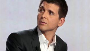 """Le journaliste Thomas Sotto prend les commandes du magazine """"Complément d'enquête"""" sur France 2. (JACQUES DEMARTHON / POOL / AFP)"""