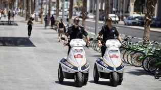 Des policiers israéliens patrouillent dans les rues de Tel-Aviv, le 14 mai 2019. (ILIA YEFIMOVICH / DPA / AFP)