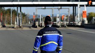 Controle des usagers de la route au péage de Veauchette (Loire) dans le cadre du confinement (photo d'illustration). (RÈMY PERRIN / MAXPPP)