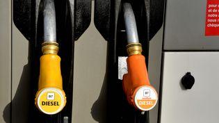 Le 12 octobre 2018, les carburants changent de nom. Sur cette pompe, les nouvelles appellations du diesel sont déjà installées. (JOEL LE GALL / MAXPPP)