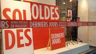 Un magasin pratiquant les soldes à Saint-Lô (Manche). Photo d'illustration. (LUCIE THUILLET / FRANCE-BLEU COTENTIN)