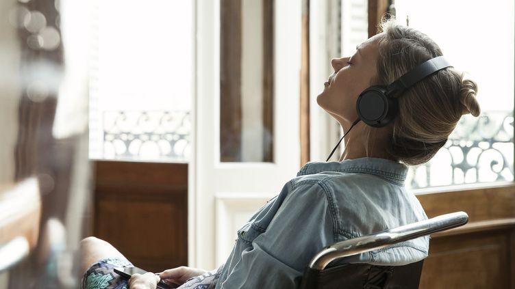 Une jeune femme écoutant de la musique. (SIGRID OLSSON / MAXPPP)