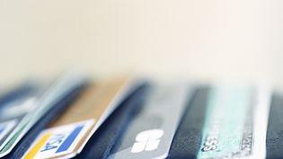 Des cartes bancaires. Photo d'illustration. (MICHÈLE CONSTANTINI / MAXPPP)