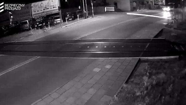 """VIDEO. La """"SNCF"""" polonaise diffuse les vraies images d'un accident évité à un passage à niveau en guise d'avertissement"""