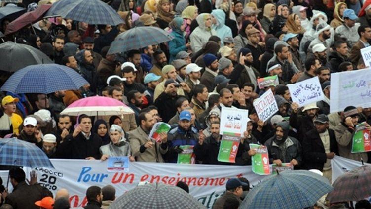 A Rabat, au Maroc, manifestation sous la pluie et dans le calme pour demander des réformes, le 20 février 2011. (AFP/ABDELHAK SENNA)