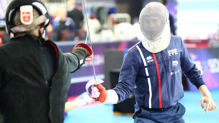 Le matin de la compétition, l'athlète Edern Annic révise les derniers détails avec le maître d'armes Jean Philippe Daurelle. (BIZZI TEAM)