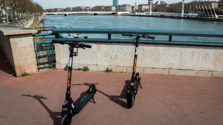 Des trottinettes électriques à Lyon (Rhône), le 12 mars 2019. (NICOLAS LIPONNE / NURPHOTO / AFP)