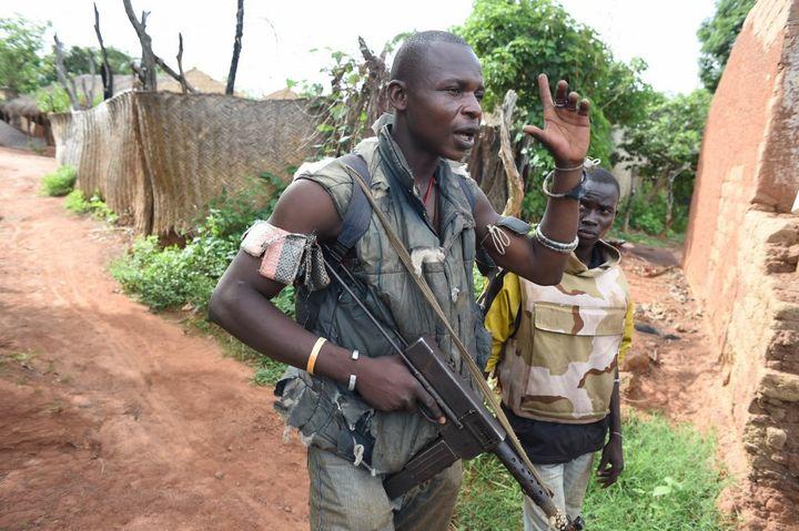 Un combattant anti-Balaka protège le 25 avril 2014, des habitants chrétiens du village de Bouca à 300 km de Bangui la capitale de la Centrafrique. (ISSOUF SANOGO / AFP)