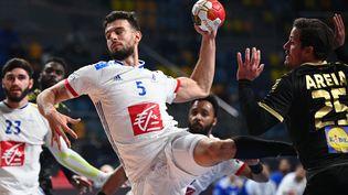 L'arrière droit de l'équipe de France Nedim Remili face au Portugal, au Mondial de handball, à October City dans la banlieue du Caire (Egypte), le 24 janvier 2021. (ANNE-CHRISTINE POUJOULAT / POOL)