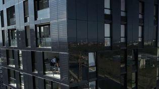Gagner de l'argent avec sa facture d'électricité, c'est possible. À Strasbourg (Bas-Rhin), grâce à des panneaux photovoltaïques, un immeuble produit plus d'énergie qu'il n'en consomme. Ce qui permet aux habitants de revendre le surplus d'électricité. (CAPTURE D'ÉCRAN FRANCE 2)