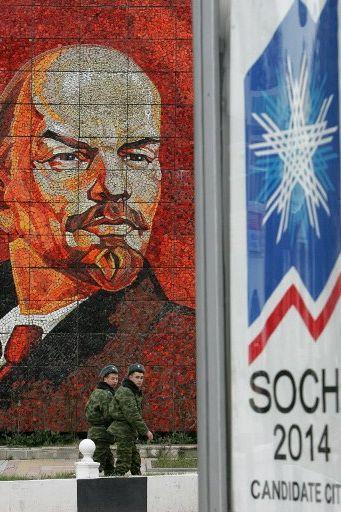 Sochi, le 23 février 2007 : Lénine fait face à l'affiche de candidature de la station balnéaire aux JO d'hiver de 2014. (AFP PHOTO/MAXIM MARMUR)