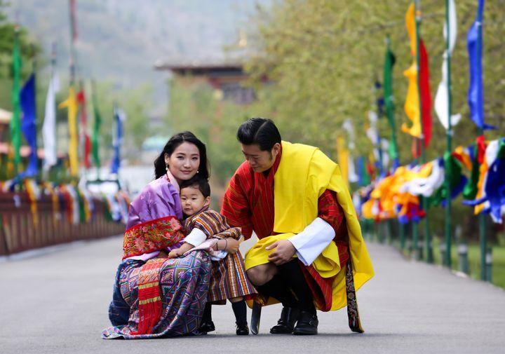 Jigme Khesar Namgyel Wangchuck, le roi du Bhoutan, avec son épouse la reine Jetsun Pema et leur filsThe Gyalsey Jigme Namgyel, le 1er mai 2017 àThimphou (Bhoutan). (ROYAL OFFICE FOR MEDIA BHUTAN / AFP)