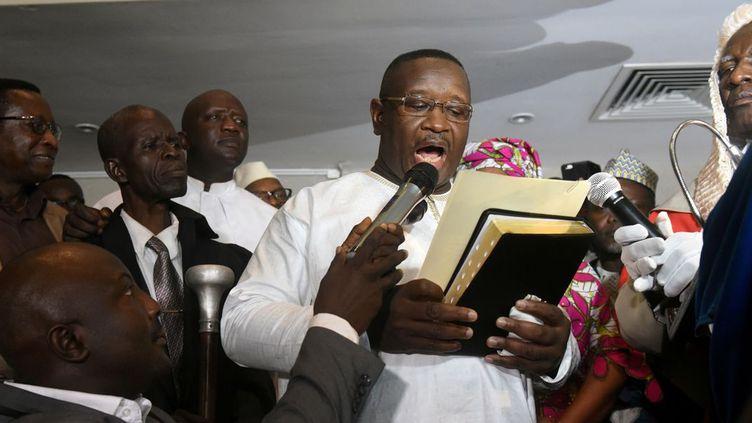 Julius Maada Bio prête serment après sa victoire à l'élection présidentielle en Sierra Leone. (Reuters/ Olivia Acland)