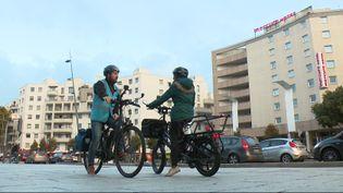 Un cycliste urbain expérimenté accompagne une cycliste débutante (France 3 Rhône-Alpes)