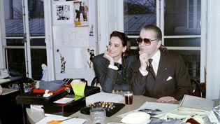 Karl Lagerfeld et Inès de la Fressange, le 13 mars 1987, préparant le défilé prêt-à-porter automne-hiver. (PIERRE GUILLAUD / AFP)