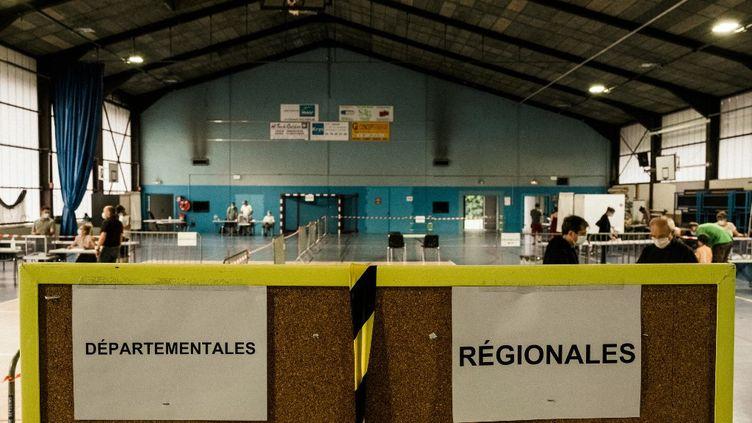 Un bureau de vote à Seyssins (Isère), le 20 juin 2021 lors des élections régionales et départementales. (MAXIME GRUSS / HANS LUCAS / AFP)