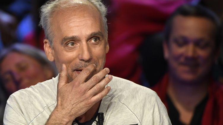 """Le candidat du NPA, Philippe Poutou, sur le plateau du """"Grand Débat"""" organisé par BFM TV et CNews, le 4 avril 2017. (LIONEL BONAVENTURE / AFP)"""