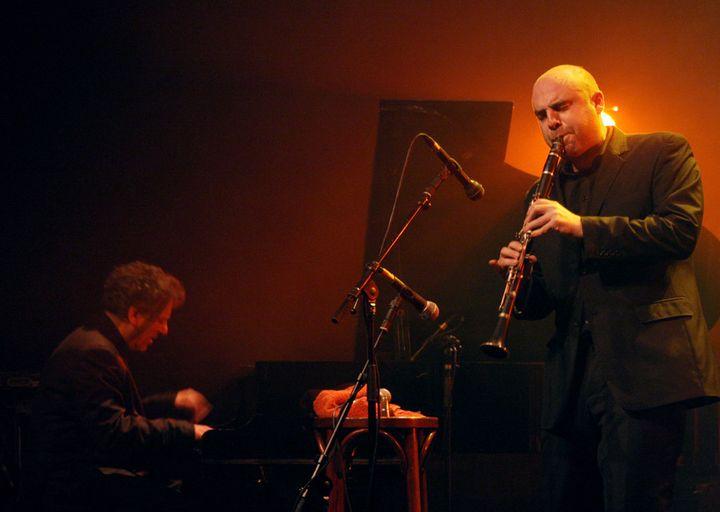 Denis Cuniot au piano, Yom à la clarinette, sur scène à Paris (9 décembre 2008)  (Pierre Verdy / AFP)