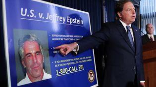 Geoffrey Berman,procureur du district sud de New York (Etats-Unis), montre une photo de Jeffrey Epstein, le 8 juillet 2019. (SHANNON STAPLETON / REUTERS)