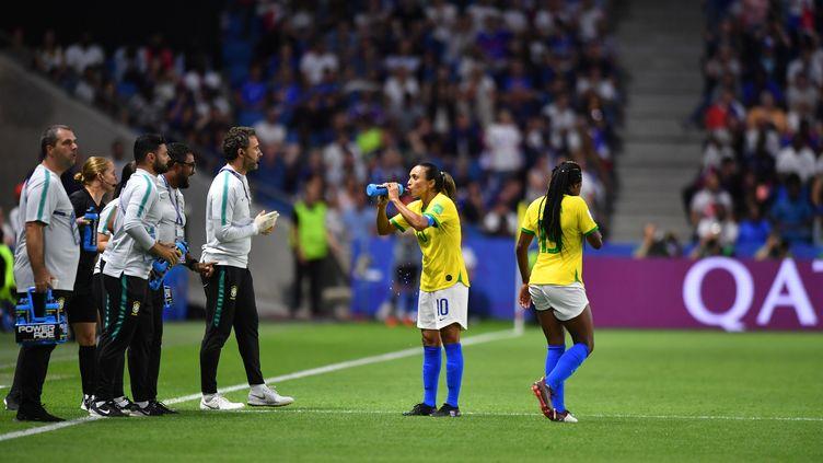 La Brésilienne Marta boit de l'eau, lors du huitième definale de la Coupe du monde contre la France, le 23 juin 2019, au Havre (Seine-Maritime). (MIRKO KAPPES / FOTO2PRESS / AFP)