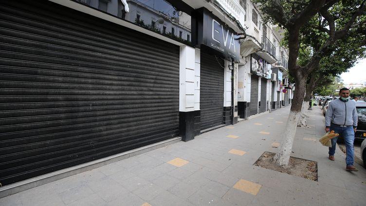 Vue d'une rue d'Alger vide, en raison du confinement, le 2 avril 2020. (BILLAL BENSALEM / NURPHOTO)