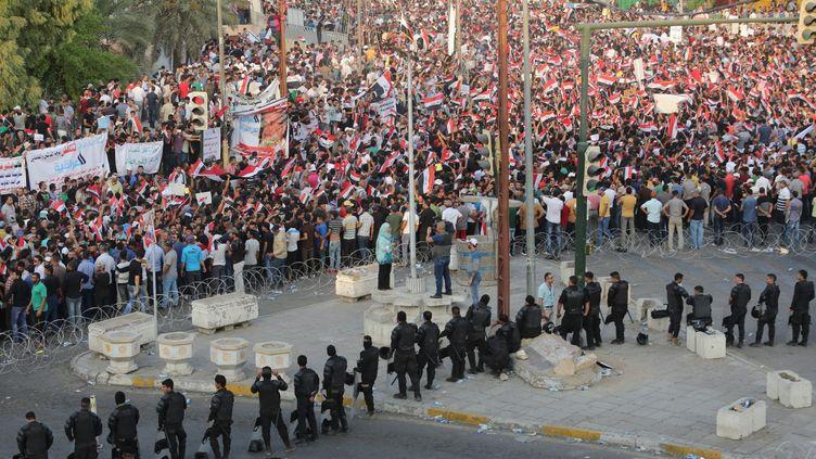 La police anti-émeutes déployée face à une manifestation citoyenne de milliers d'Irakiens réclamant les services publics de base dûs par l'Etat, le 28 août à Bagdad. (Ali Mohammed/Anadolu Agency)