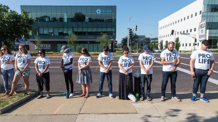 Des militants anti-IVG devant la clinique Saint-Louis du Missouri (Etats-Unis), le 10 juillet 2019. (VALENTINE PASQUESOONE / FRANCEINFO)