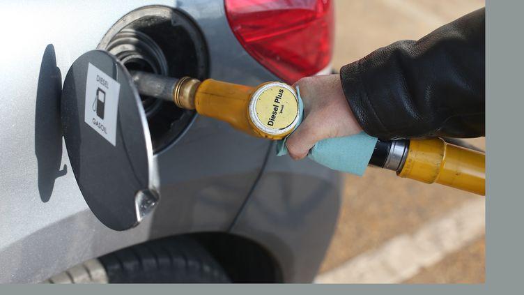 Une personne fait le plein de diesel pour sa voiture, le 4 mars 2013, à Paris. (Photo d'illustration) (THOMAS SAMSON / AFP)