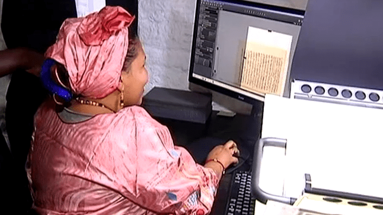 Manuscrits en cours de numérisation  (HABIB KOUYATE / AFP)