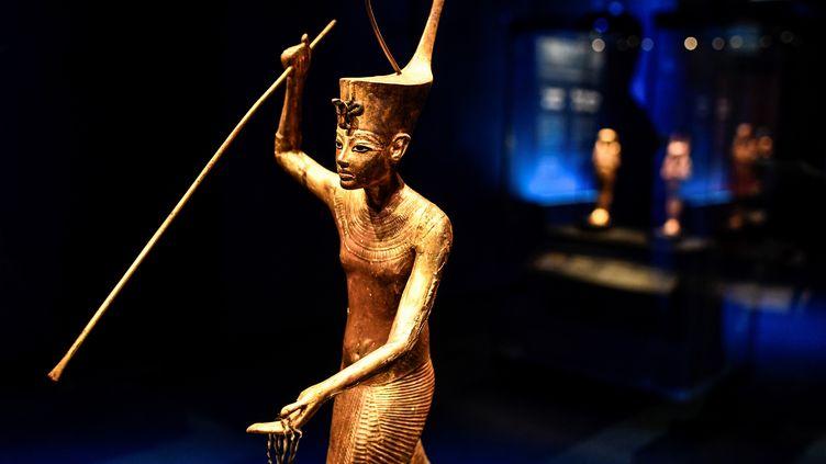 """Statuette présentée dans l'exposition """"Toutankhamon, le Trésor des Pharaons"""" (STEPHANE DE SAKUTIN / AFP)"""