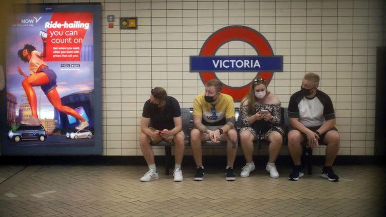 Des passagers du métro, le 23 juin 2021 à Londres (Royaume-Uni). (SHUHEI YOKOYAMA / YOMIURI / AFP)