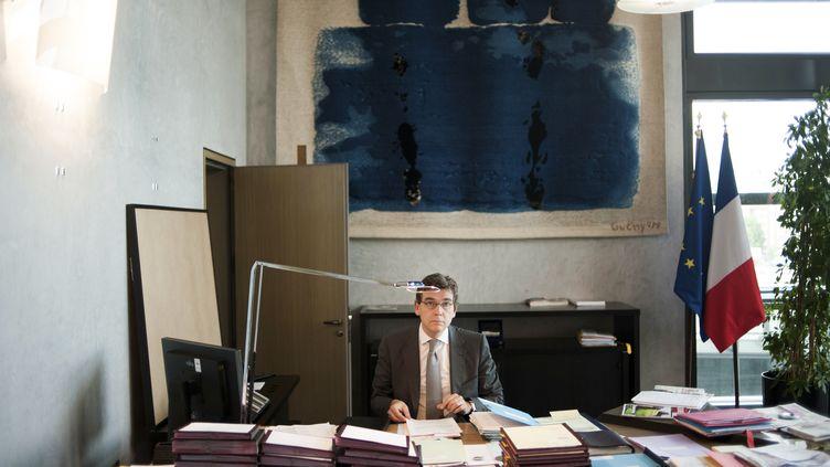 Arnaud Montebourg, ministre du Redressement productifdans son bureau de Bercy en juin 2012 (FRED DUFOUR / AFP)