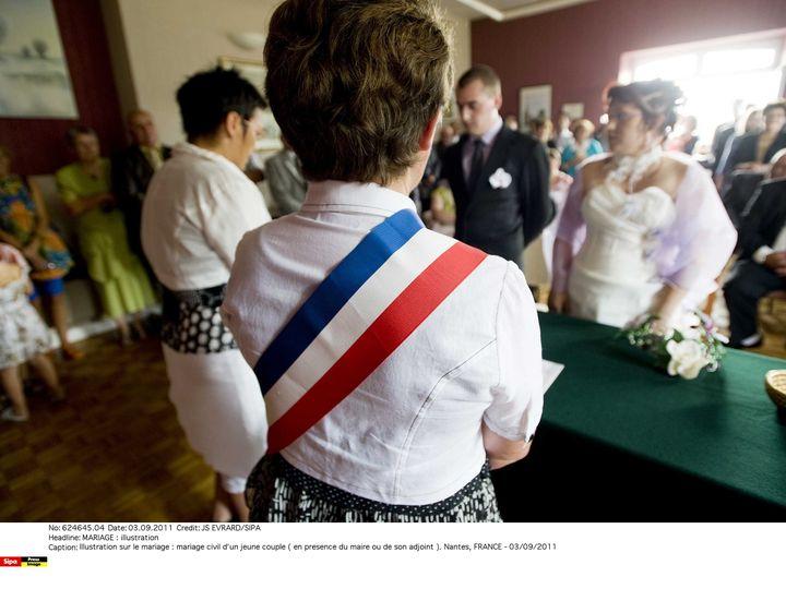 Le maire célèbre les mariages, enregistre les déclarations de naissance et de décès et tient les registres d'état civil. (JS EVRARD / SIPA)