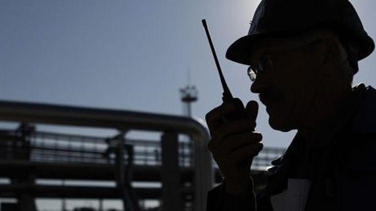 Un employé en train de travailler dans une raffinerie de gaz, propriété de Gazprom Neft, à Moscou le 20 septembre 2012. (Reuters - Maxim Shemetov)