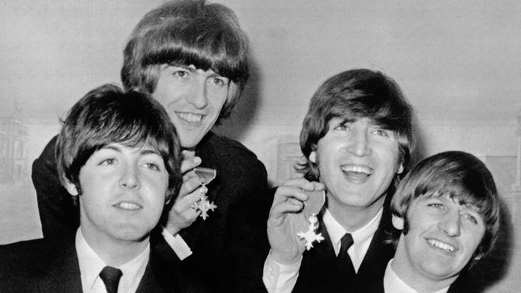 Les Beatles le 26 octobre 1965 à Londres, le jour où ils ont reçu leur MBE, leur médaille de l'Empire britannique.  (Peter Skingley / Upi / AFP)
