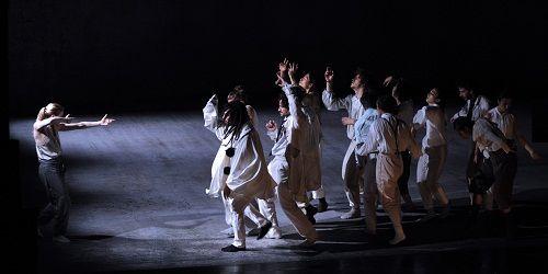 Personnages fantasques qui dansent à perdre leur souffle pour repousser les attaques extérieures  (Gabriele Zucca)