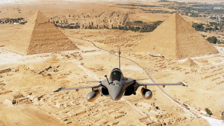 (Un Rafale survolant deux pyramides en Egypte © Dassault Aviation/Fr. Robineau)