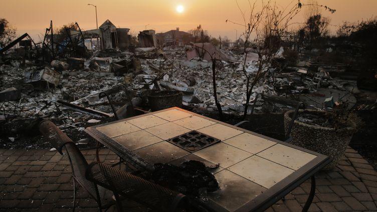 Un quartier de Santa Rosa (Californie) ravagé par les flammes, photographié le 13 octobre 2017. (ELIJAH NOUVELAGE / GETTY IMAGES NORTH AMERICA / AFP)