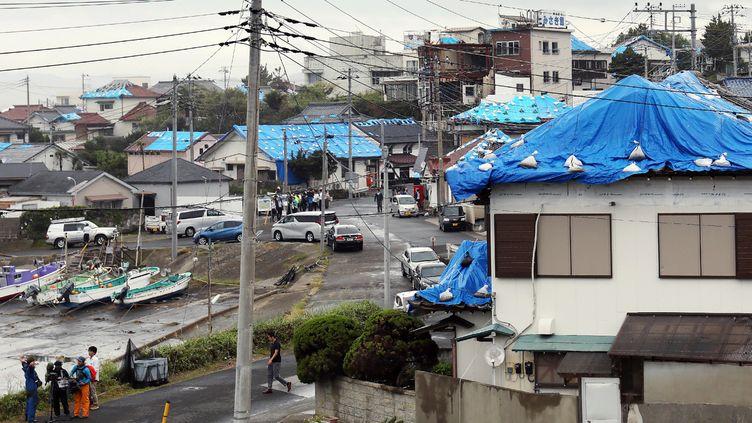 Des maisons recouvertes pas des bâches avant l'arrivée du Typhon Hagibis, à Tateyama (Japon), le 11 octobre 2019. (JIJI PRESS / AFP)