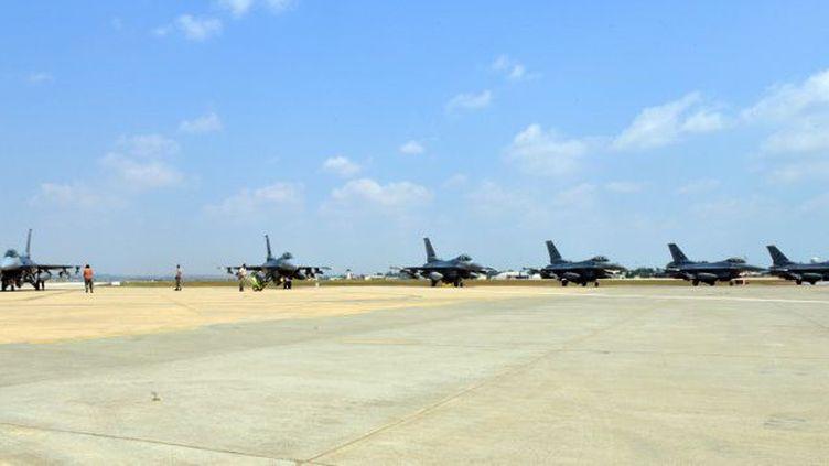 Six chasseurs-bombardiers américains F 16 stationnés sur la base turque d'Incirlik le 9 août 2016, après le feu vert du président Erdogan, pour participer aux frappes contre l'organisation de l'Etat islamique. (SR. AIRMAN MICHAEL BATTLES/US AIR FORCE/AFP)