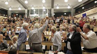 Mercredi 4 juillet 2012, les physiciens du Cern de Genève (Suisse) ont sûrement identifié le boson de Higgs, la plus petite particule élémentaire, le chaînon manquant pour expliquer la formation de l'univers. (DENIS BALIBOUSE / AFP)