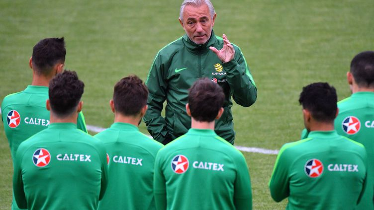 Bert Van Marwijk, le nouveau sélectionneur de l'Australie, avec ses troupes (SAEED KHAN / AFP)