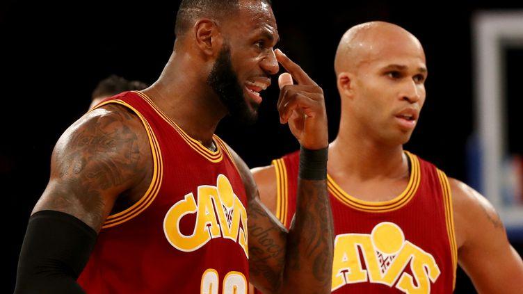 LeBron James (à gauche), lors de la victoire de Cleveland face à Charlotte (116-105). (ELSA / GETTY IMAGES NORTH AMERICA)