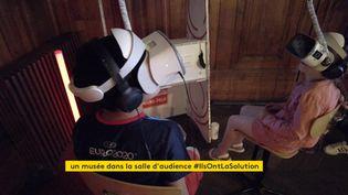 Deux enfants essayent l'atelier réalité virtuelle au musée Micro-Folie de Pont-Audemer. (France 3 Rouen)