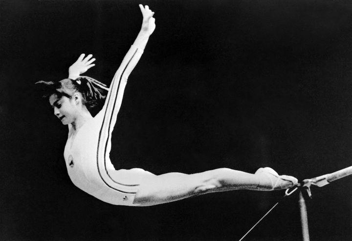 Nadia Comaneci dans l'exercice des barres asymétriques aux JO de Montréal de 1976. (STAFF / DPA/AFP)