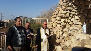 À Bartella (Irak), le père Benham dépose et consacre la statue de la Vierge Marie ramenée par des catholiques français (RADIO FRANCE / MATHILDE LEMAIRE)
