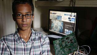 Ahmed Mohamed, adolescent américain, pose avec le réveil artisanal qui lui a valu d'être placé en détention à Irving (Texas), le 15 septembre 2015. (VERNON BRYANT/AP/SIPA / AP)
